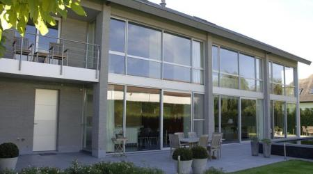 Moderne woningbouw met veel licht